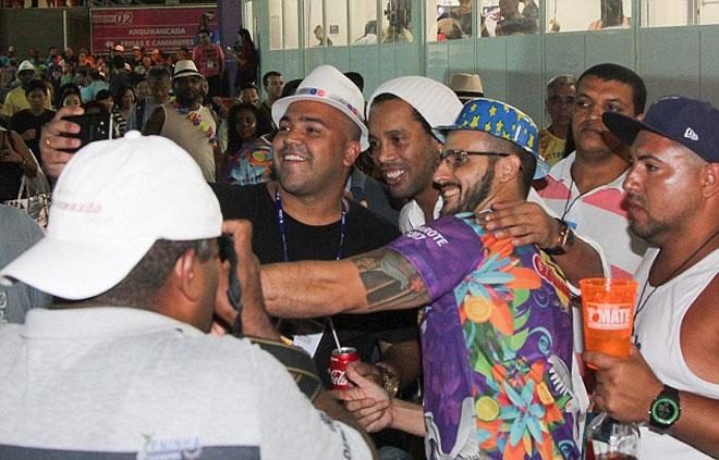 Ronaldinho hòa mình vào lễ hội Carnival