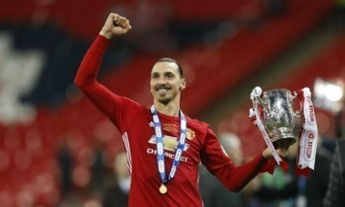 Neville: 'Ibrahimovic có vầng hào quang như Cantona'