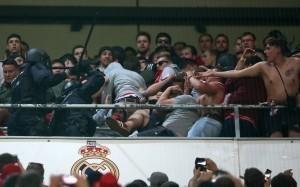 CĐV Bayern ôm đầu chịu dùi cui của cảnh sát tại Bernabeu
