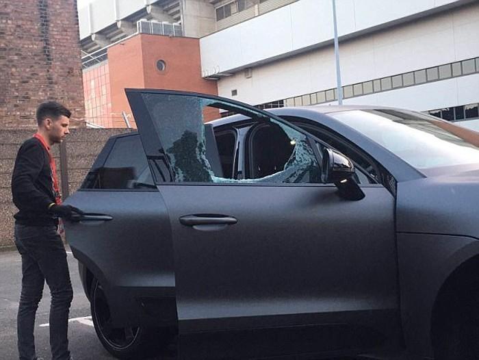 Kẻ lạ mặt ném đá vỡ kính xe của Coutinho