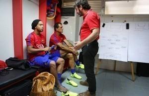 Ronaldinho trở lại phòng thay đồ Barca