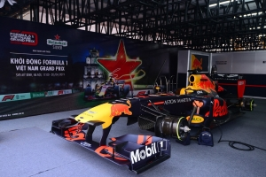 Khán giả Hà Nội mãn nhãn với màn biểu diễn của xe đua F1 tại Hà Nội