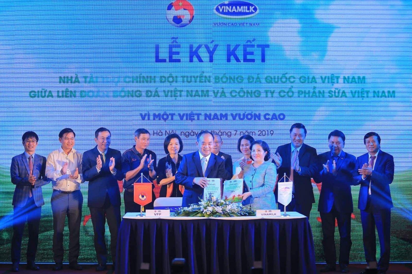 Vinamilk tài trợ chính cho Bóng đá Việt Nam: Vì một Việt Nam vươn cao