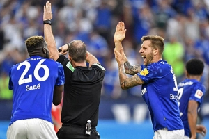 Thua Bayern Munich oan ức, CĐV Schalke kiện VAR