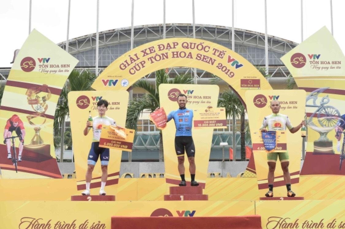 Tay đua Hàn Quốc mất áo vàng lẫn áo xanh giải xe đạp quốc tế VTV vì ép đối thủ