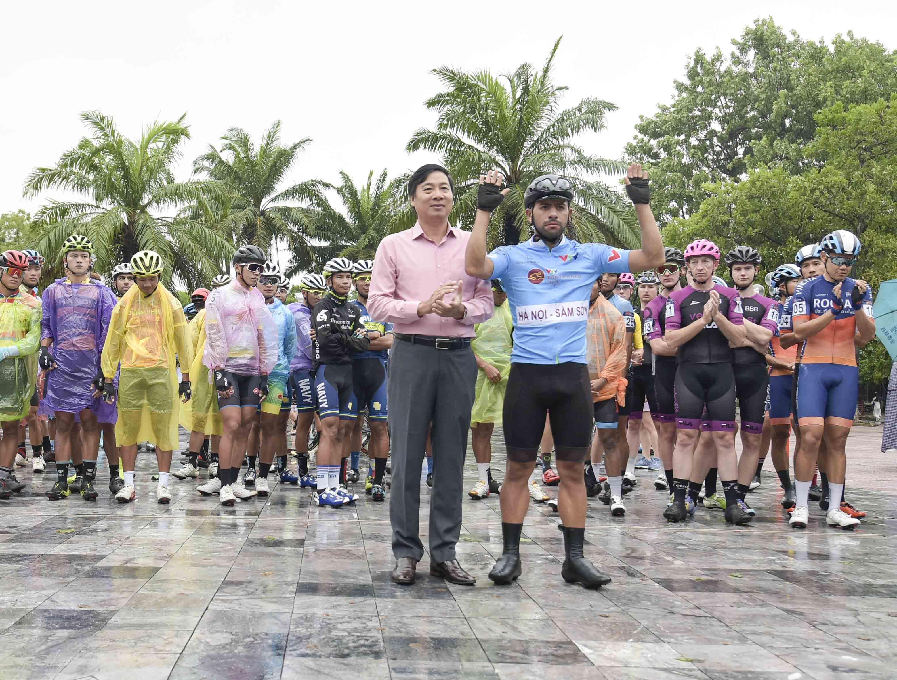 Hủy chặng đua Hà Tĩnh-Quảng Bình vì mưa lớn, đường ngập nước