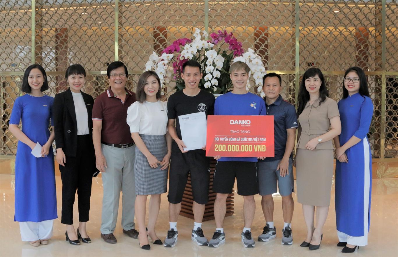 ĐT Việt Nam nhận quà khích lệ trước trận thư hùng với Malaysia