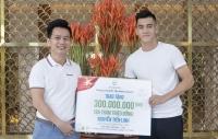 Cầu thủ Tiến Linh nhận thưởng nóng sau trận thắng với UAE
