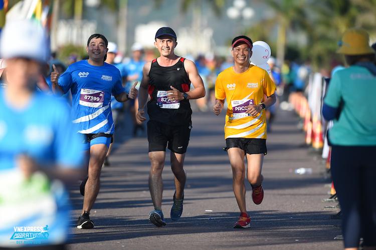 4 VĐV tham gia chạy bán marathon trong nhà