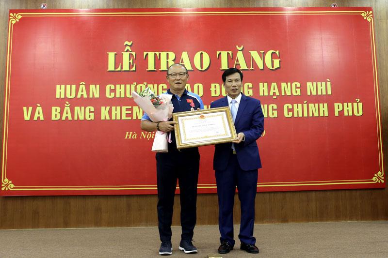 Trao tặng Huân chương Lao động hạng Nhì cho HLV Park Hang-seo