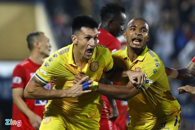 Nam Định trụ hạng V-League sau cuộc đua nghẹt thở với Quảng Nam