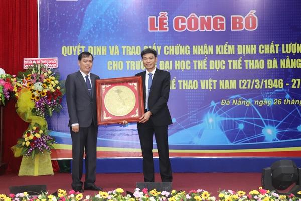 Trường Đại học TDTT Đà Nẵng được trao giấy chứng nhận Kiểm định chất lượng giáo dục