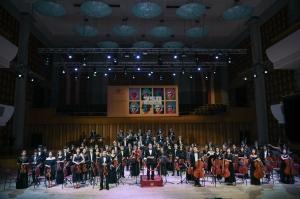 Bùi Công Duy lần đầu tiên trình diễn độc tấu Violin cùng một lúc với hai Dàn nhạc giao hưởng của hai miền Nam-Bắc