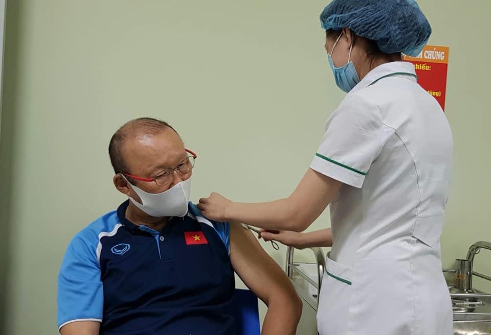 Thầy Park cùng BHL và cán bộ VFF được tiêm vắc xin Covid-19