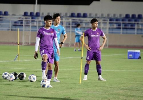Đội trưởng Quế Ngọc Hải trở lại sân tập luyện cùng đồng đội